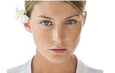 脸部的雀斑怎么才能正确的护理淡化
